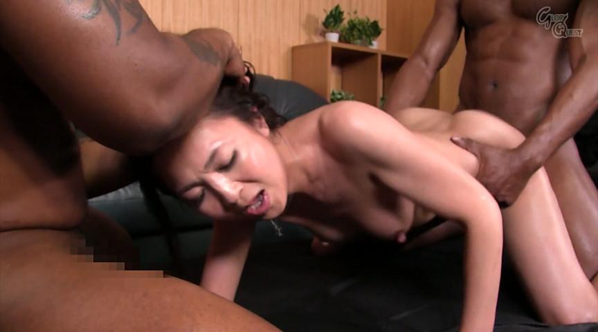 黒人の極太チ●ポに欲情する人妻 艶堂しほり